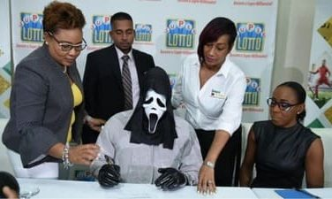 Jamaica: lottery winner takes Jackpot of 1 million euros with Scream mask